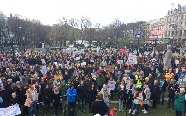 Tusenvis i marsj for forskning