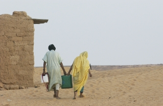 Vest-Sahara-Two-women-carry-water-at-Dakhla-Refugee-Camp-Photo-UN-Evan-Schneider
